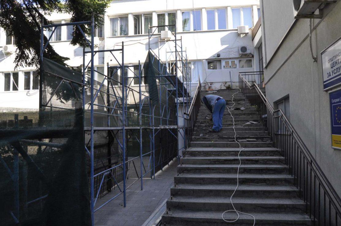 Реконструкцијата на влезните скали и големата општинска сала