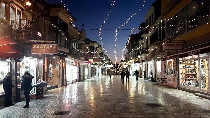 Започна новогодишно украсување на градот, дотур на роба во чаршијата ќе може да се врши само со помали возила